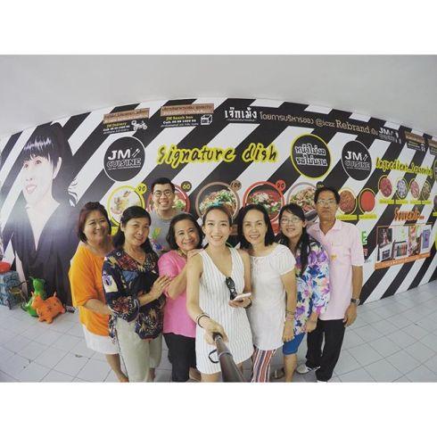 2.11.58 kanyawat1988 พาแม่ๆ นศช. มาทานมื้อเที่ยงก่อนสลายตัว ยูงไม่มี IG พี่ครีมค่ะ ฮ่าๆๆ ขออนุญาต Tag @iczz นะคะ #teamnoley #noleyjourney #jmcuisine #goprohero4 #thailand