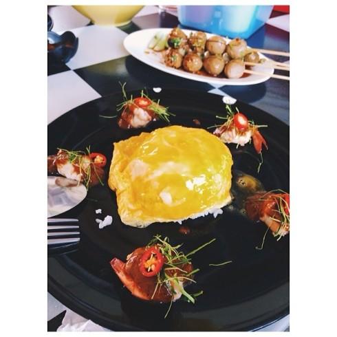 nokko ข้าวไข่ข้นซอสต้มยำน้ำข้น เติมพลังก่อนถ่ายงาน.jpg